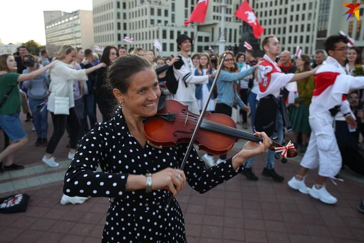 Митинги превращались в концерты под открытым небом.