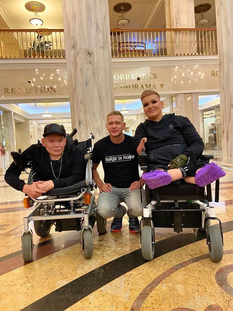 В Москву ребята вылетели вместе с волонтером Сергеем. Фото: Сергей ЗАЙКОВ
