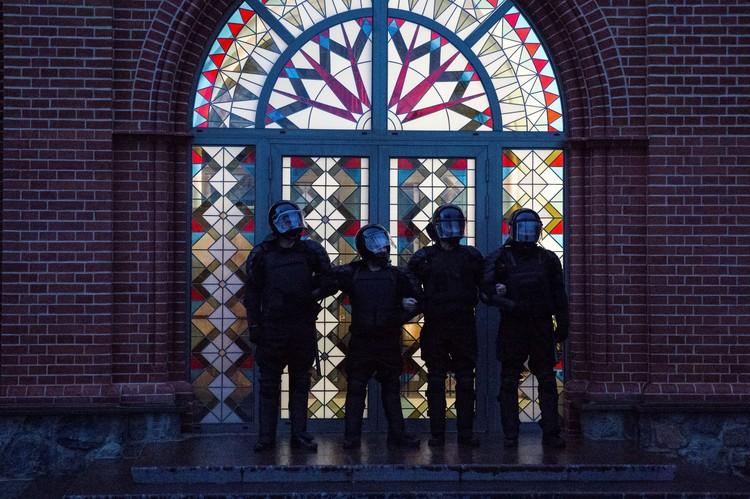 Бойцы ОМОНа у собора в Минске