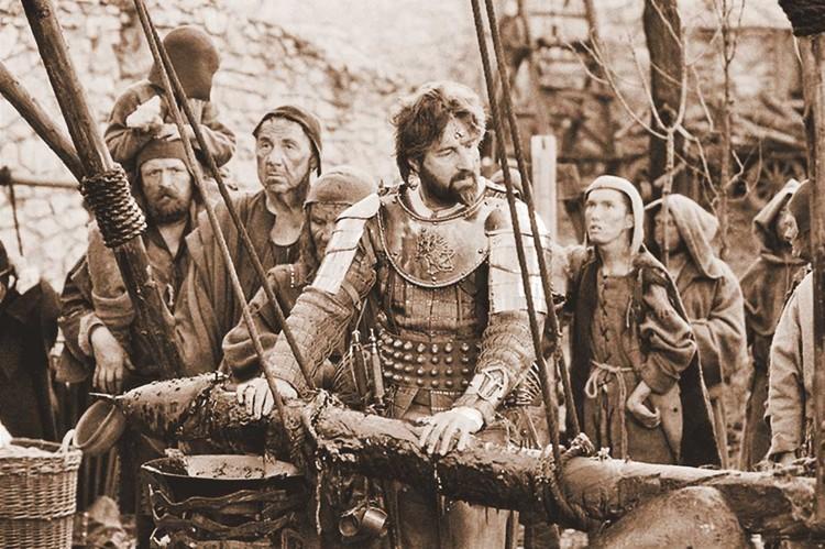 Знаменитую повесть «Трудно быть богом» экранизировали дважды - наиболее известна версия Алексея Германа, в которой дона Румату сыграл Леонид Ярмольник. Фото: Кадр из фильма