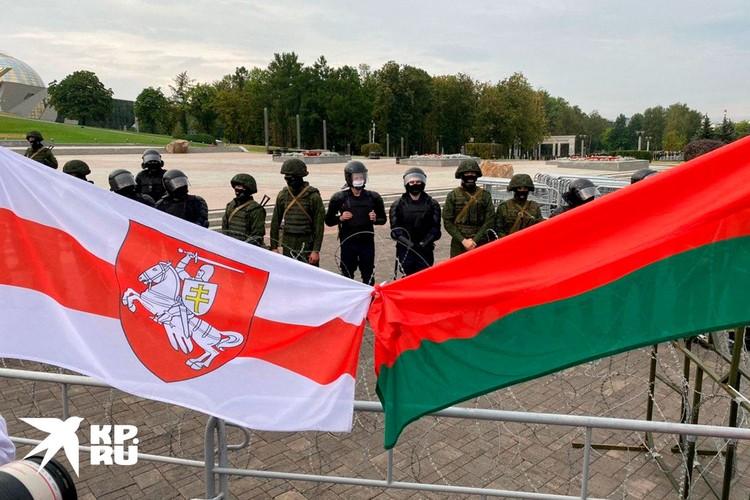 Нередко бело-красные национальные флаги соседствуют с государственным красно-зеленым знаменем.