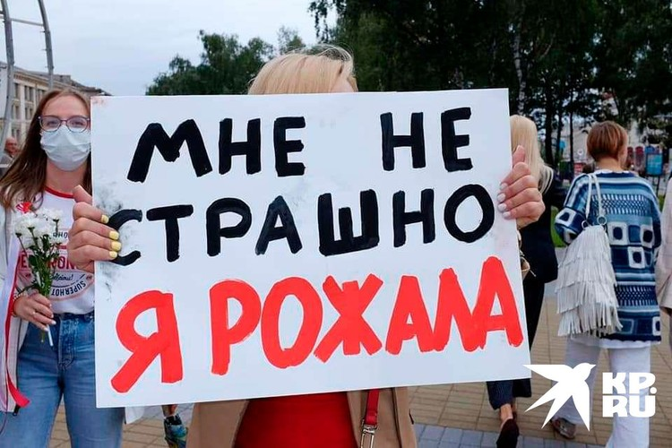 Протестующие женщины вышли к ОМОНу с плакатами