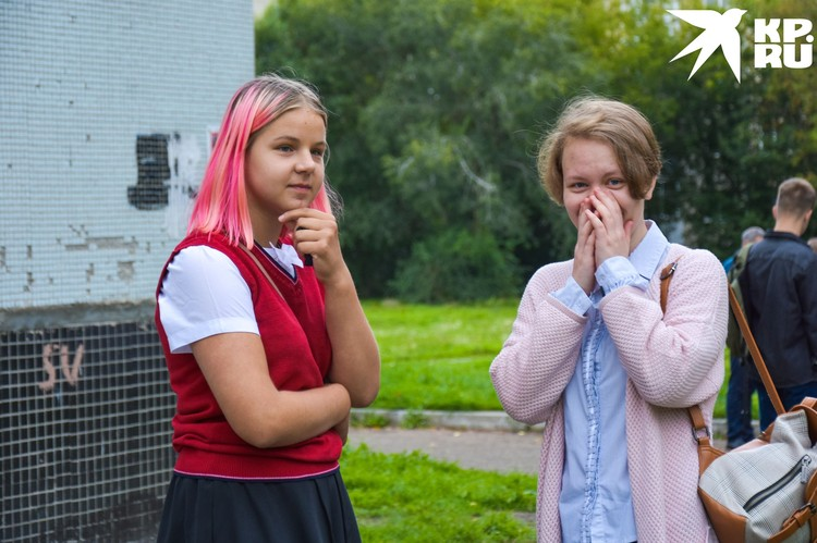 Подружки радуются, что будут учиться в школе, а не на дистанционке.