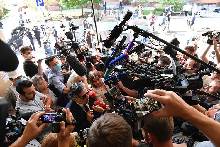 Адвокаты, заявления для прессы, группы поддержки, ежедневные сотни публикаций, телекамеры всех телеканалов
