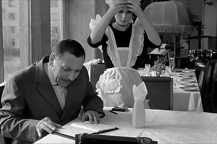 """В светское время """"Книга жалоб и предложений"""" была даже """"героем"""" фильмов. Фото: кадр из фильма """"Дайте жалобную книгу"""", 1965 год."""