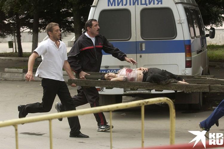 Из школы выносят раненую заложницу.