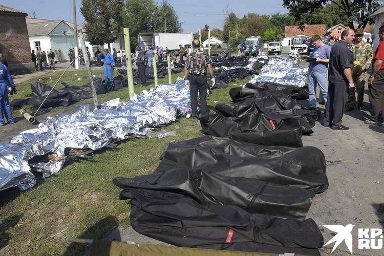 Тела погибших в ходе теракта в Беслане 1 сентября.