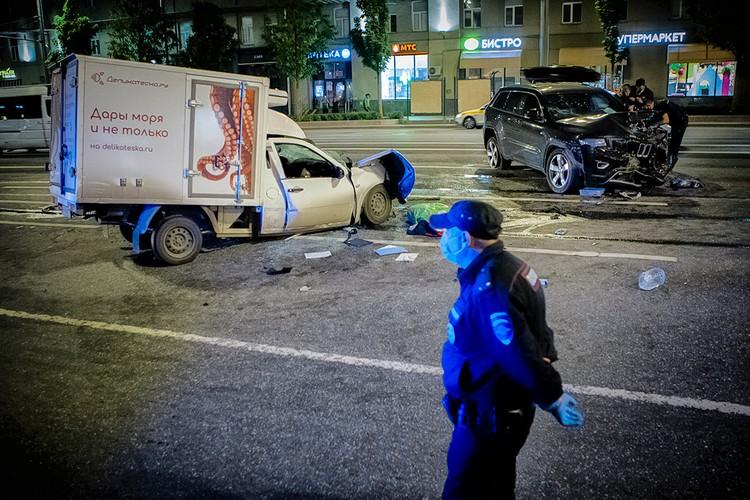 Разбитые автомобили на месте ДТП с участием актера Михаила Ефремова на Смоленской площади. Фото: Роман Канащук/ТАСС