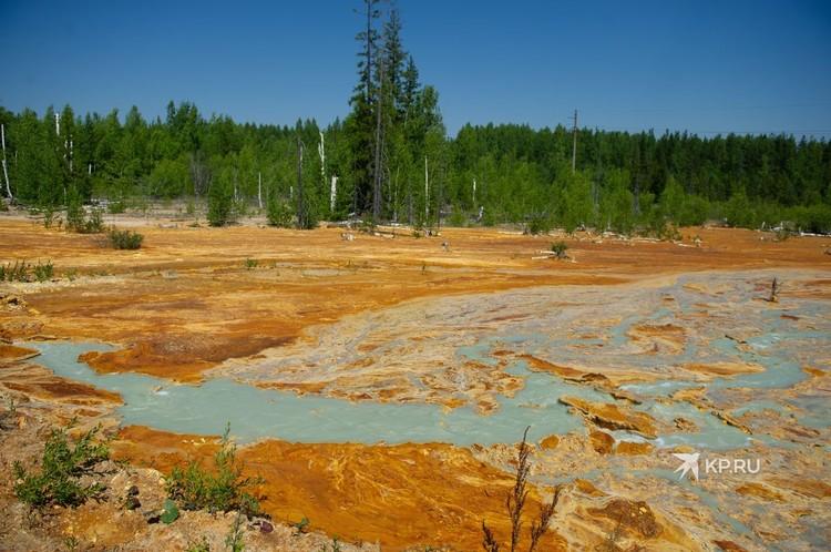 Синей кислая шахтная вода становится из-за того, что на станции нейтрализации в нее добавляют известь.