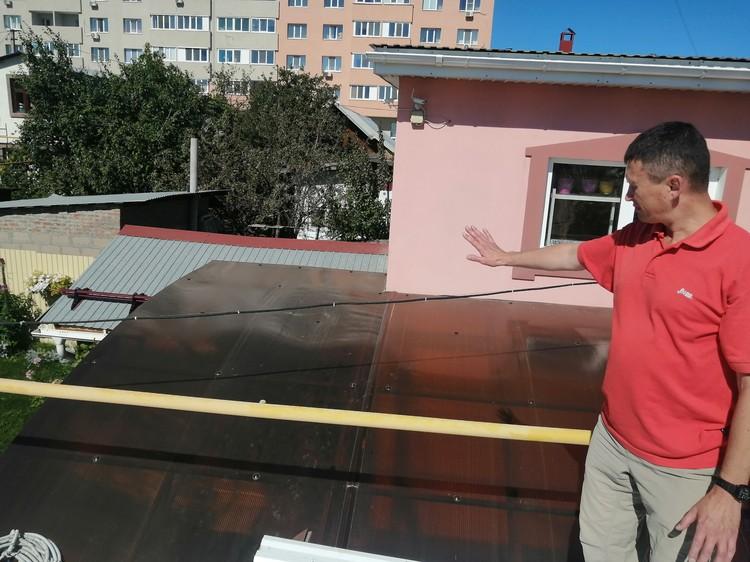С крыши гаража с баней на стену дома ветерана постоянно течет вода