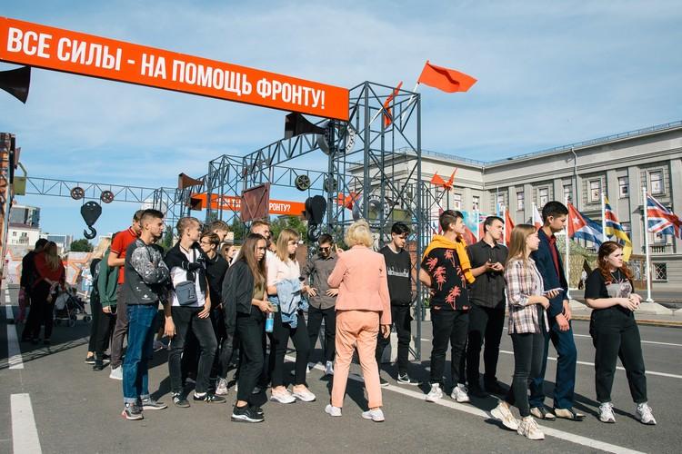 На площадь приходят целые группы школьников