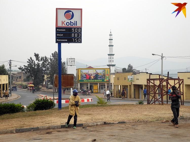 Литр хорошего бензина здест стоит примерно 1 доллар