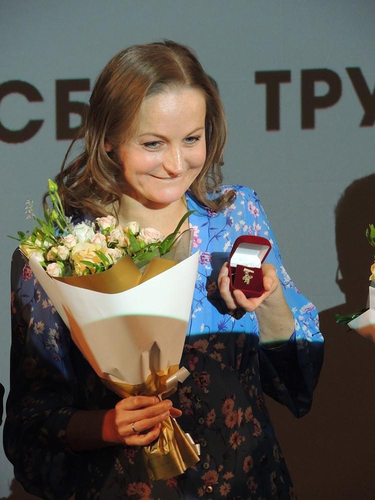 Актрису Яну Сексте наградили золотым значком с логотипом Табакерки за 15 лет работы в театре.