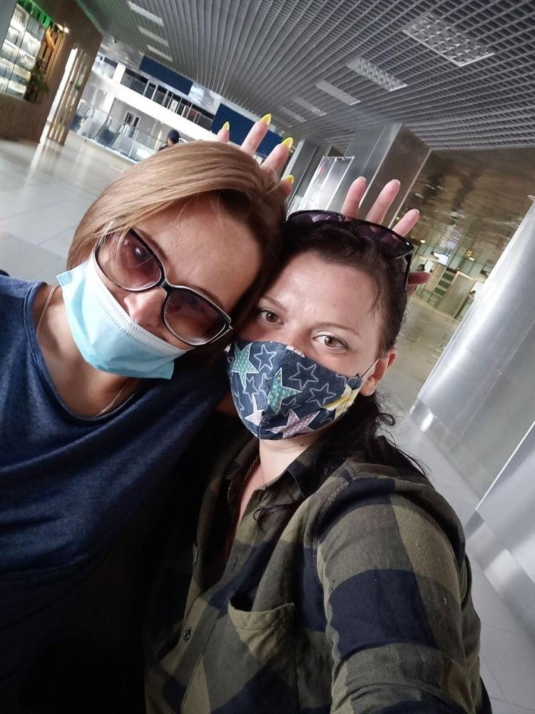 """В аэропорту мы с подругой в шутку ставили друг другу """"короны"""" на головы."""