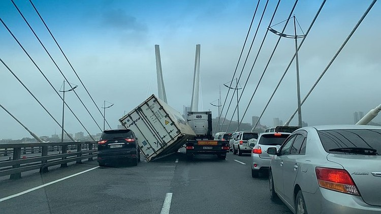 На Золотом мосту контейнер сдуло на автомобили. Фото: очевидцы