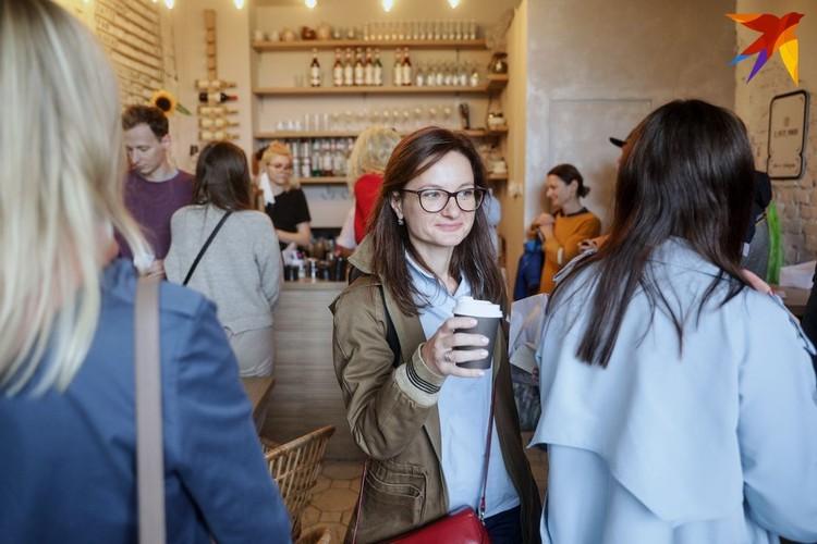 Посетители рассказывают, что в какой-то момент тех, кто стоял в очереди, угощали кофе бесплатно, чтобы люди не замерзли