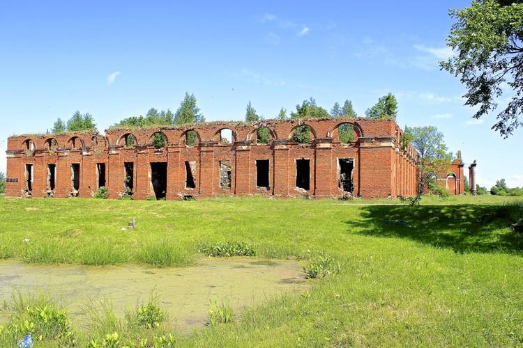 Руины Аракчеевских казарм. Фото: Министерство культуры Новгородской области