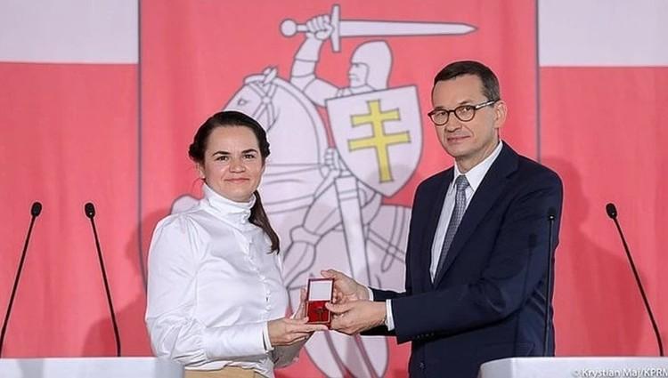 Матеуш Моравецки вручил ключи от Белорусского дома в Варшаве Светлане Тихановской. Фото: Kancelaria Premiera, @PremierRP