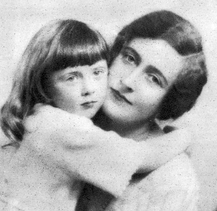 Писательница с единственным своим ребенком - дочкой Розалиндой, появившейся на свет в 1919 году.