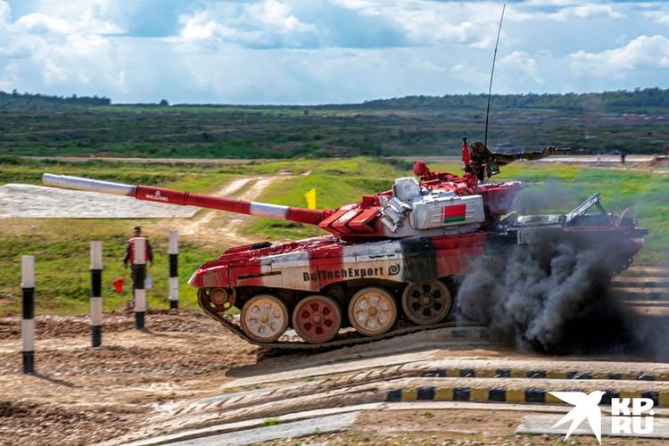 Белорусские военные принимают участие в танковом биатлоне.
