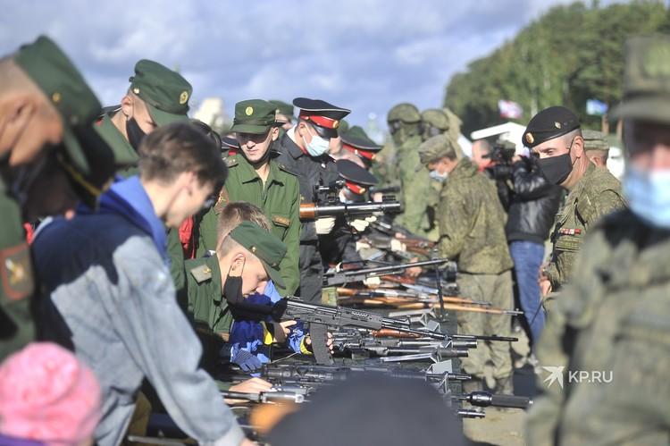 Все пришедшие могли лично посмотреть и даже подержать в руках оружие.