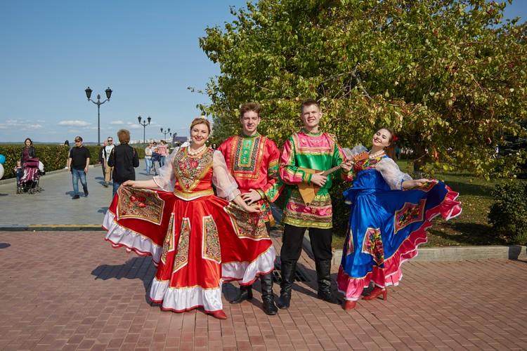 На набережной выступили самые разные коллективы. Фото: Людмила Грибцова