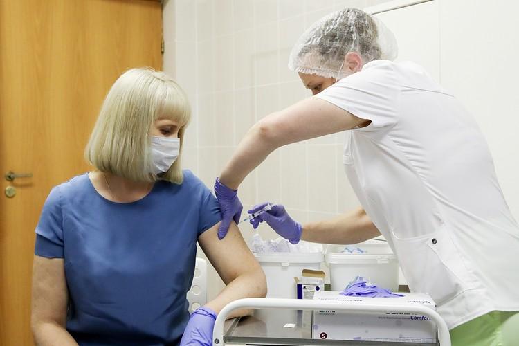 Массовая вакцинация россиян предположительно начнется осенью, уколы будут бесплатными. Фото: Сергей Бобылев/ТАСС