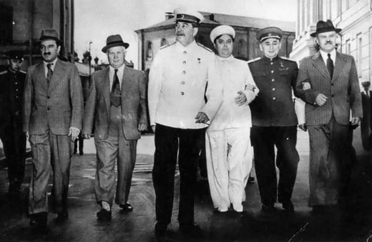 Сначала Сталин совершенно спокойно гулял и по Москве, и по Кремлю. Фото: Wikimedia Commons