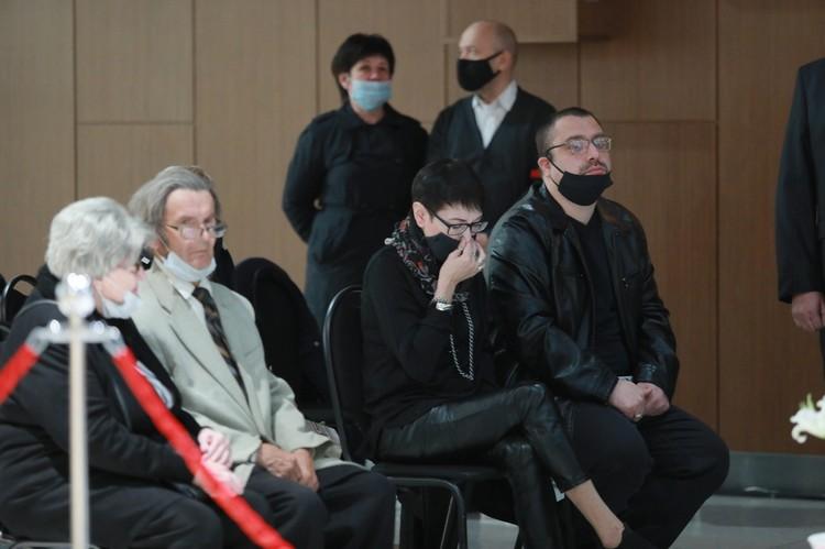 Проститься с народным архитектором пришли десятки людей, они говорят слова соболезнования его родным