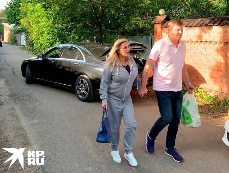 Уже несколько дней социальные сети и таблоиды активно обсуждают попавшие в сеть совместные фотографии Анны Семенович и спортивного комментатора Дмитрия Губерниева, сделанные в одном из подмосковных поселков.