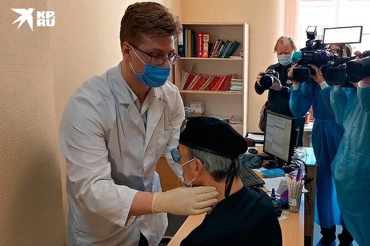 Терапевт надавил на лимфоузлы артиста во время осмотра перед вакцинацией.