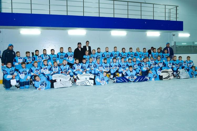 С живой легендой хоккея встретились две команды из детской спортивной школы «Сибирь».