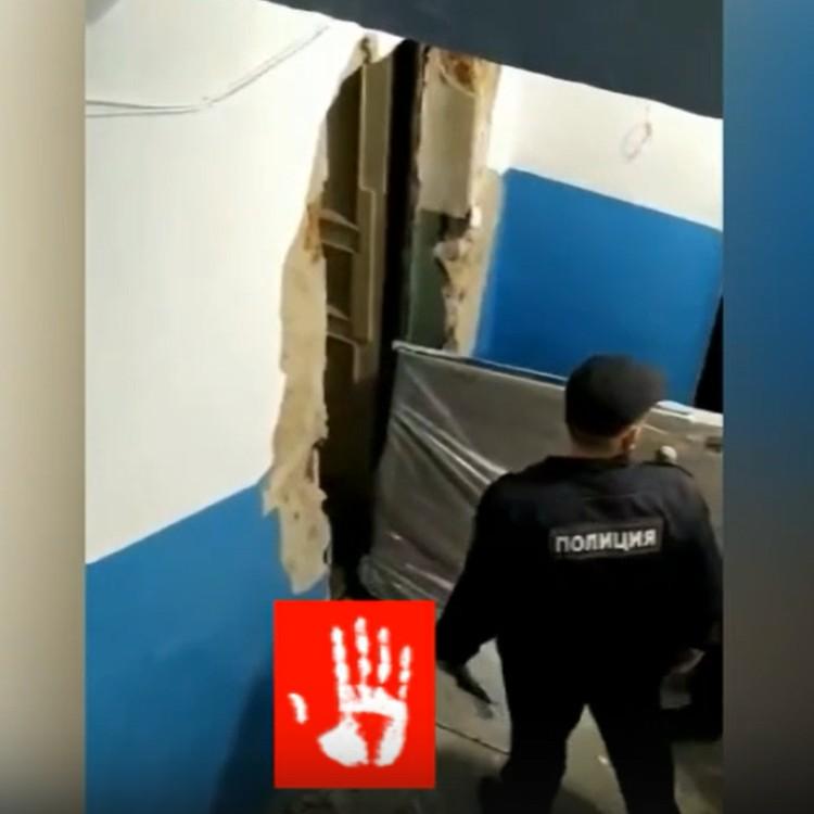 Дверь вынесло взрывной волной. Кадр с видео программы «Агентство чрезвычайных новостей»