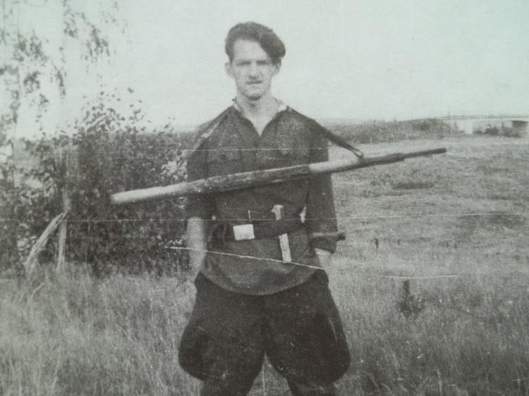 Юрий Иванов, будущий калининградский писатель, в окрестностях Кёнигсберга. В этой форме (другой одежды у него не было) он и пошел в девятый класс школы № 1.
