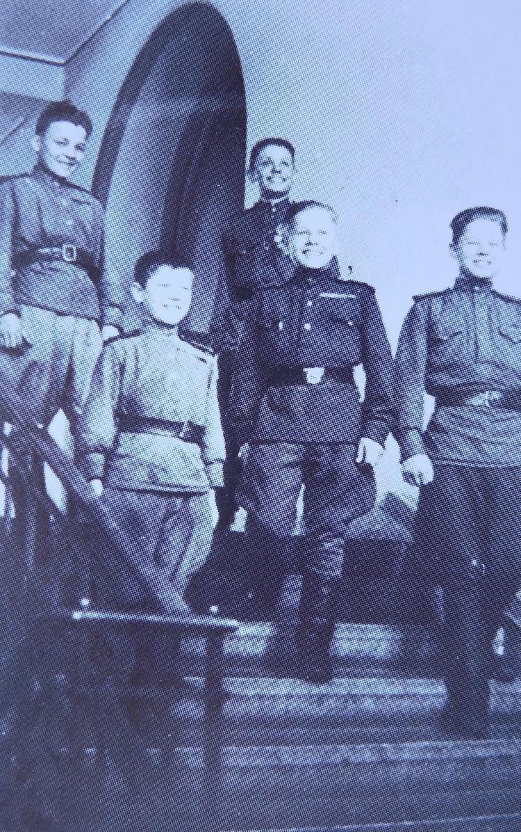Многие из первых учеников были участниками войны. На снимке – вчерашние «сыновья полков» в школьном вестибюле.