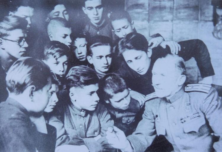 Участник Восточно-Прусской операции Герой Советского Союза танкист Иван Плешев беседует с учениками школы № 1.