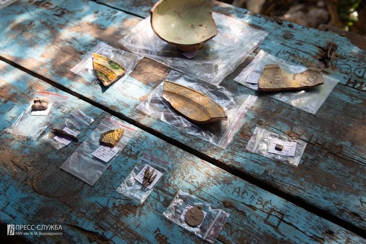 Археологам удалось найти фрагменты глазурованного поливного сосуда XII-XV вв. Фото: Пресс-служба КФУ