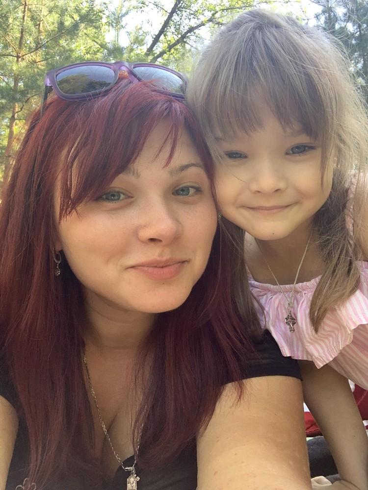 Мама и дочка стараются быть храбрыми и сильными, чтобы вместе справиться с бедой