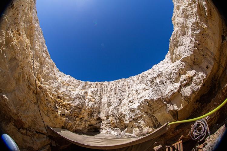 Сейчас в пещеру проведено техническое освещение, но скоро оно поменяется на красивую подсветку. Фото: Пресс-служба КФУ