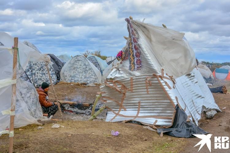 Палатки утепляют и защищают от дождя, кто как может.