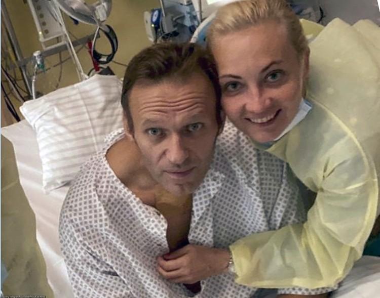 Российский оппозиционер Алексей Навальный вышел из комы