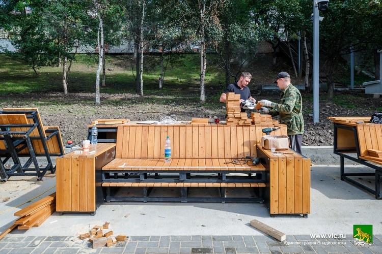 Некоторые скамейки еще не готовы. Фото: Евгений Кулешов
