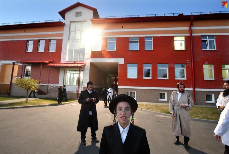 Штаб-квартирой на время праздника стала еврейская школа в Пинске.