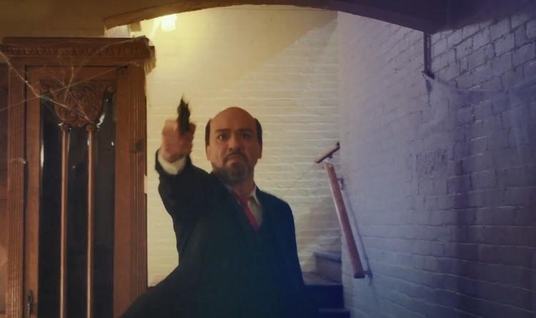 В конце фильма Ленин вновь пытается застрелить царя, но Анастасия спасает отца. От смерти ее спасает медальон, в который попадает пуля. Фото: кадр из фильма