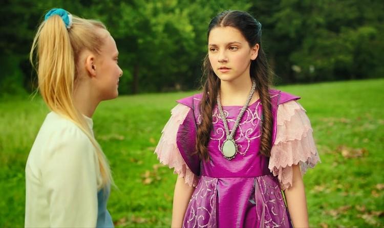По сюжету, княжна Анастасия телепортируется в будущее и живет в американской семье девочки по имени Меган. Фото: кадр из фильма
