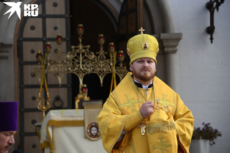 После молебна в Усово несколько сотен верующих автобусами доставили на другой берег Москва-реки - в Ильинское.