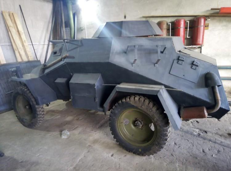 В гараже стоит немецкий броневик времен второй мировой.