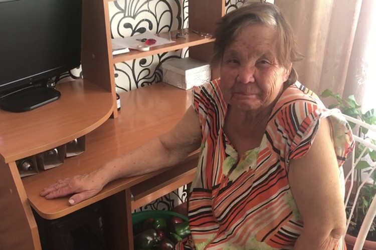 """После четырех дней, проведенных в лесу, бабушка Александра чувствует себя хорошо. Фото: Анастасия Мосина, """"Канск 5 канал"""""""
