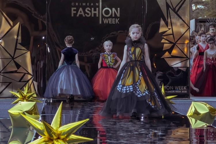 Дизайнеры представили и детские вечерние коллекции. Фото: Ксения Попова
