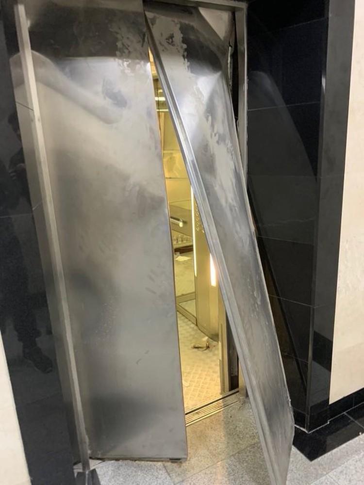 По разным данным, в лифте студенты провели от одного часа до полутора часов. Так и не дождавшись помощи, ребята сломали дверь.